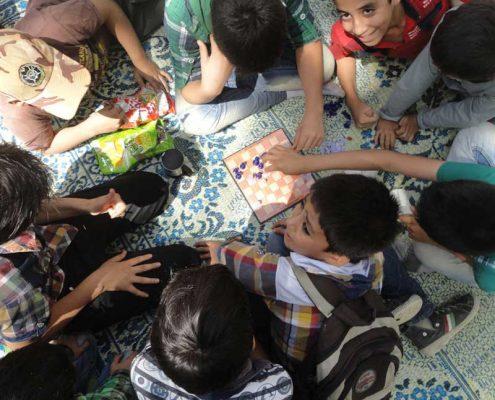 بچهها در حال بازی با شطرنج